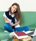 Девушка подростка делая домашнюю работу Стоковые Изображения RF