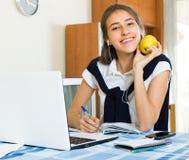 Девушка подростка делая домашнюю работу Стоковая Фотография RF
