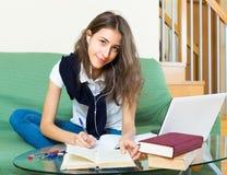 Девушка подростка делая домашнюю работу Стоковое Изображение RF