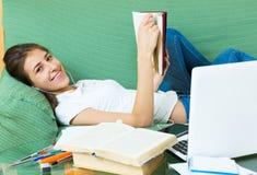 Девушка подростка делая домашнюю работу Стоковое фото RF