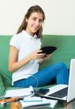 Девушка подростка делая домашнюю работу Стоковые Изображения