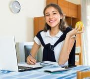 Девушка подростка делая домашнюю работу Стоковая Фотография