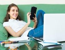 Девушка подростка делая домашнюю работу Стоковое Изображение