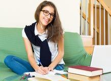 Девушка подростка делая домашнюю работу Стоковые Фото