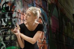 Девушка подростка красоты на улице Стоковое фото RF