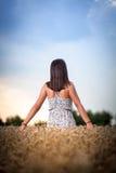 Девушка подростка на пшеничном поле Стоковое Изображение