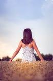 Девушка подростка на пшеничном поле Стоковые Изображения RF