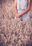 Девушка подростка на пшеничном поле Стоковые Изображения