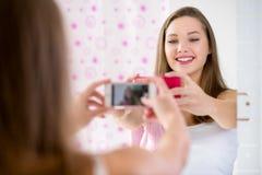 Девушка подростка принимая selfie в ванной комнате Стоковые Фотографии RF