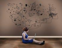 Девушка подростка с компьтер-книжкой Стоковое фото RF