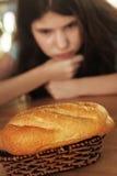 Девушка подростка dieting свободный вес ограничивает еду хлеба Стоковое фото RF