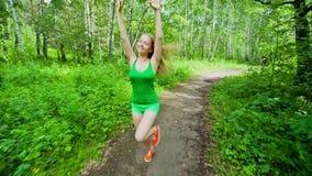 Девушка подростка Jogging в парке акции видеоматериалы