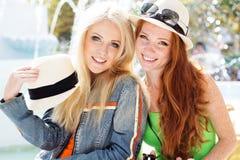 Девушка 2 подростков идя в центр города Стоковые Фотографии RF