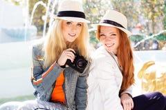 Девушка 2 подростков принимая selfe с камерой Стоковая Фотография RF