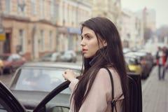 Девушка получает в автомобиль Стоковая Фотография