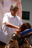 Девушка получает массаж, reiki стоковое фото