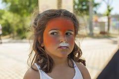 Девушка получая ее сторону покрашенный путем красить художника Стоковое Фото