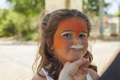 Девушка получая ее сторону покрашенный путем красить художника Стоковое Изображение RF