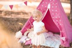 Девушка празднуя день рождения outdoors Стоковое фото RF
