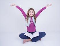 Девушка празднуя книгу чтения Стоковые Изображения RF