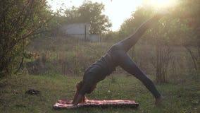 Девушка практикует йогу в природе акции видеоматериалы