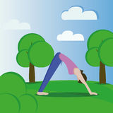 Девушка практикует йогу Стоковое фото RF