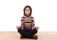 девушка практикуя довольно relaxed йогу Стоковые Изображения