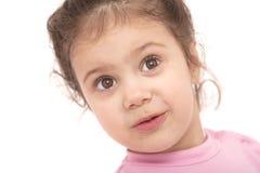 девушка предпосылки смешная над белыми детенышами Стоковое Фото