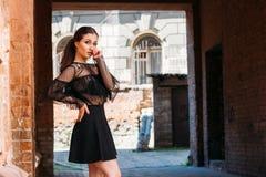 Девушка представляет Эмоциональный портрет портрета моды стильного милой молодой женщины портрет города девушка унылая Стоковые Изображения RF