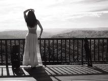 Девушка представляя в национальном парке Стоковые Фотографии RF