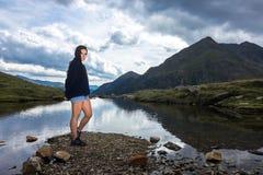 Девушка представляя в одичалом ландшафте Стоковое Изображение
