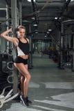 Девушка представляя в спортзале Стоковое фото RF