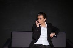 Девушка представляя в студии на кресле Стоковое Фото