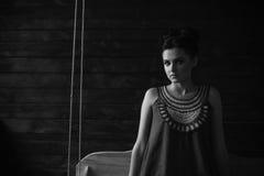 Девушка представляя в темной комнате Стоковые Изображения