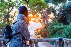 Девушка представляя и наслаждаясь красивый красочный заход солнца - близкое поднимающее вверх стоковое фото rf