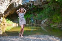 Девушка представляя около небольшого озера Стоковое Изображение