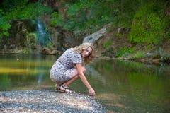 Девушка представляя около небольшого озера Стоковые Изображения
