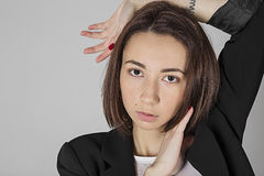 Девушка представляя против нейтральной предпосылки Стоковые Изображения RF