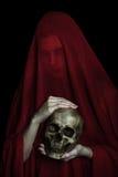 Девушка представляя с красной тканью Стоковые Изображения RF