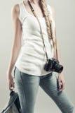 Девушка представляя с старой камерой фото стоковая фотография rf