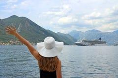 Девушка приветствует залива Kotor туристического судна Стоковая Фотография RF