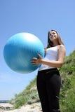 девушка пригодности шарика кавказская Стоковое Изображение
