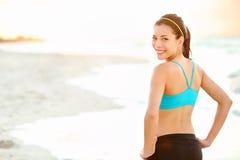 Девушка пригодности на пляже Стоковое Изображение