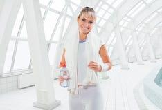 Девушка пригодности нося белые спорт одевает с белым полотенцем и Стоковое Фото