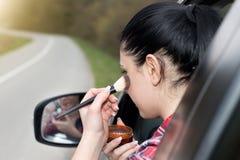 Девушка прикладывая состав в автомобиле Стоковое Фото