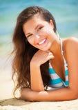 Девушка прикладывая сливк suntan стоковые изображения