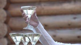 Девушка принимает стекло шампанского от вершины стекла стекел шампанского видеоматериал
