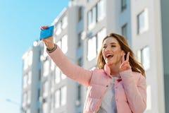 Девушка принимает съемку собственной личности стоковая фотография rf