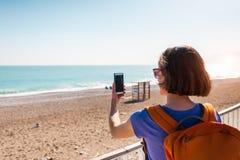 Девушка принимает selfie на пляже стоковые изображения rf