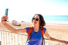 Девушка принимает selfie на пляже стоковые изображения